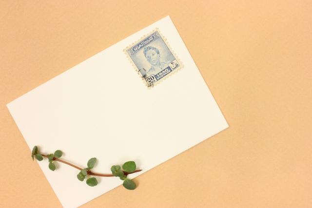 横長封筒でも縦長と同じ場所に切手を貼る